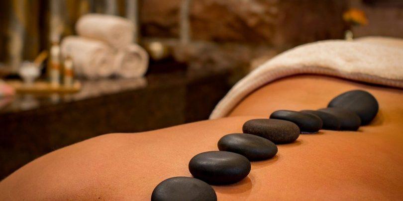 Les bienfaits des massages aux pierres chaudes